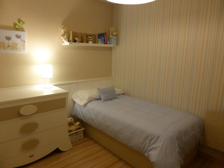 Proyecto 22140 desarrollado por CASANOVA en Sueca (Valencia): cama, chifonier, iluminación y decoración textil del dormitorio juvenil (15).