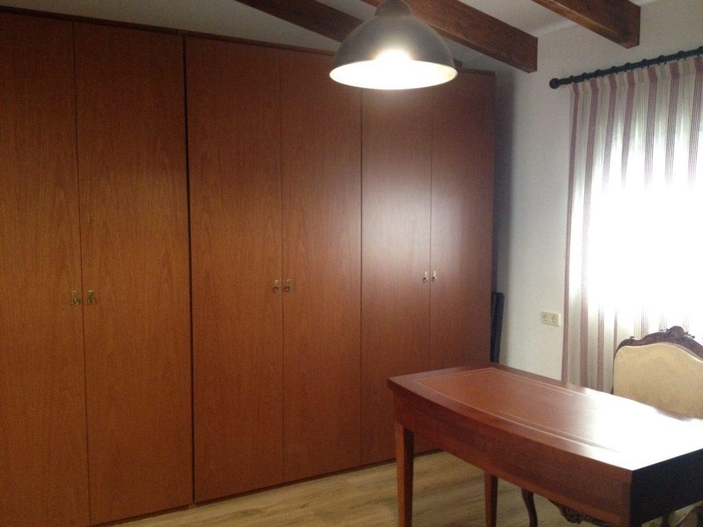 Proyecto 7482 desarrollado por CASANOVA en Sueca (Valencia): armario, iluminación, cortinas, escritorio, silla y mobiliario de despacho clásico en una buhardilla (1).