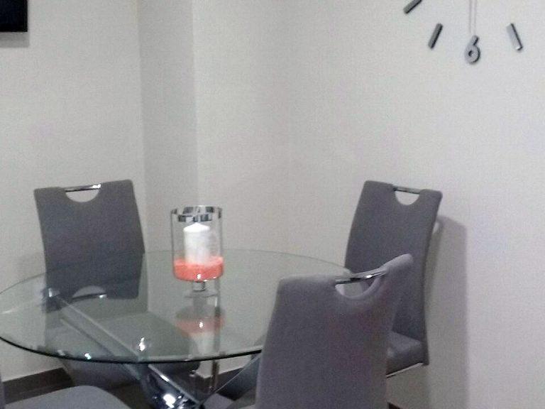 Proyecto 26763 desarrollado por CASANOVA en Canals (Valencia): mesas, sillas, iluminación y decoración.
