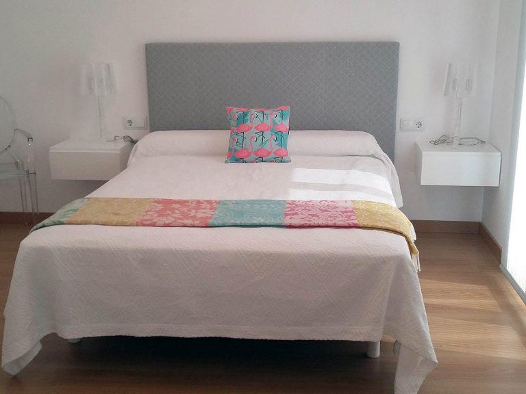 Proyecto 27334 desarrollado por CASANOVA en Sueca (Valencia): dormitorio, silla y lámparas de sobremesa.