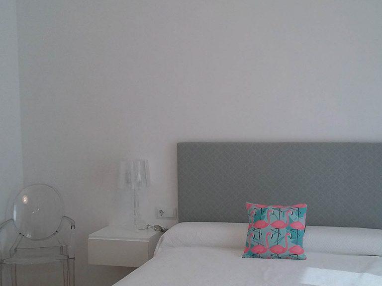 Proyecto 27334 desarrollado por CASANOVA en Sueca (Valencia): dormitorio, silla, lámpara y lámparas de sobremesa.