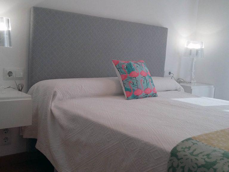 Proyecto 27334 desarrollado por CASANOVA en Sueca (Valencia): dormitorio y lámparas de sobremesa.