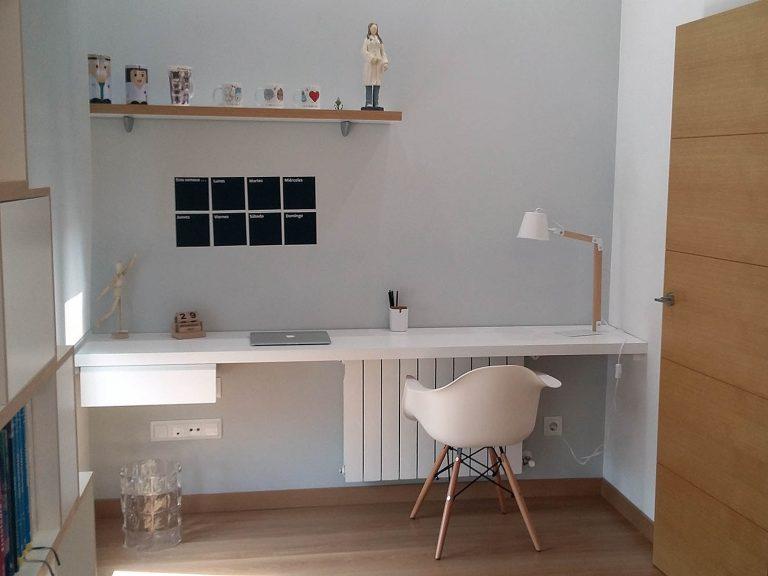 Proyecto 27334 desarrollado por CASANOVA en Sueca (Valencia): escritorio, silla, flexo, estante y librería.