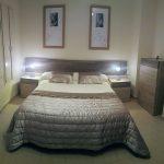Proyecto 27992 desarrollado por CASANOVA en Rótova (Valencia): dormitorio, iluminación, cortina enrollable y ropa de cama.