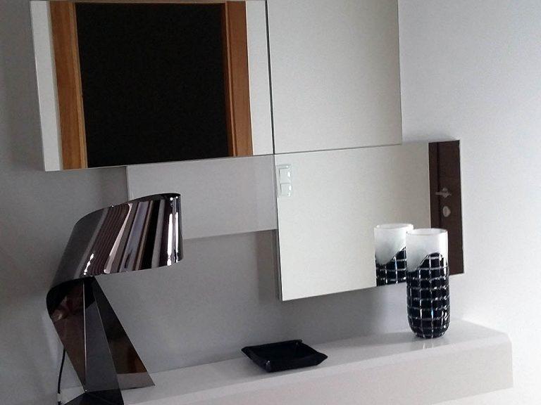 Proyecto 27334 desarrollado por CASANOVA en Sueca (Valencia): espejos, lámpara y consola.