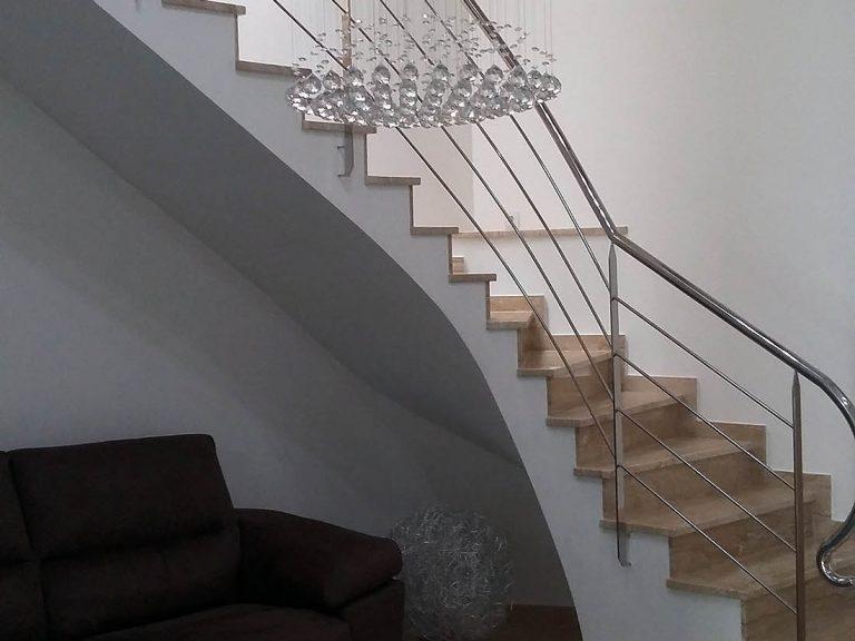 Proyecto 27334 desarrollado por CASANOVA en Sueca (Valencia): lámpara, mesa de centro y sofá de 2 plazas.