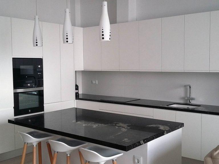 Proyecto 27334 desarrollado por CASANOVA en Sueca (Valencia): taburetes y lámparas.