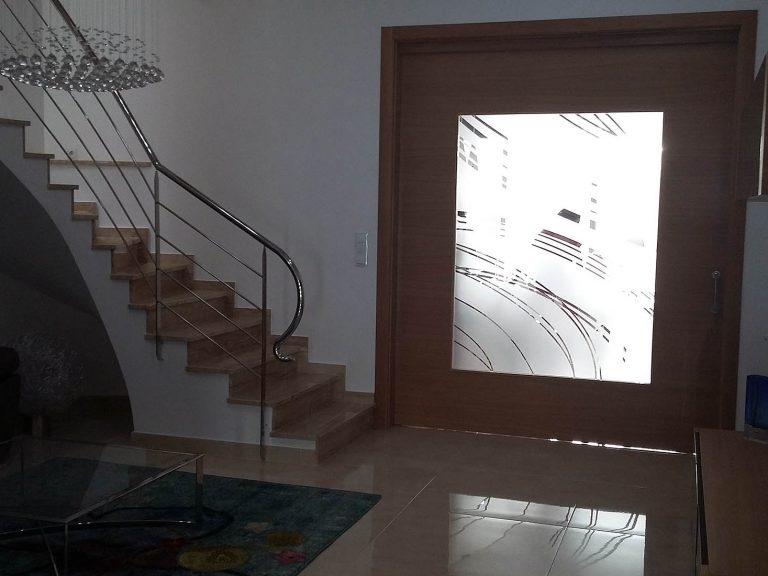 Proyecto 27334 desarrollado por CASANOVA en Sueca (Valencia): composición de salón, lámpara, mesa de centro y sofá de 2 plazas.