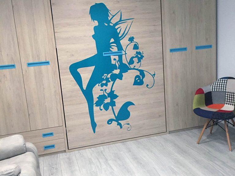 Proyecto 27725 desarrollado por CASANOVA en la playa de Tavernes De La Valldigna (Valencia): armario con cama extraíble, mobiliario auxiliar, sillas y tapicería.