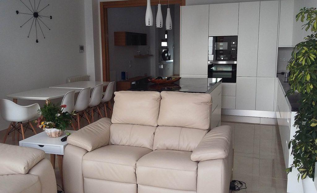 Proyecto 27334 desarrollado por CASANOVA en Sueca (Valencia): mesa, sillas, taburetes, lámparas y sofá de 2 + 2 plazas.