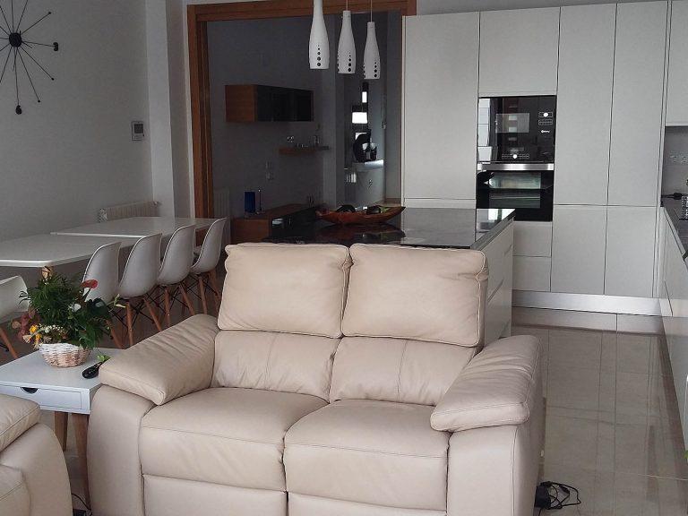 Proyecto de decoración integral 27334, desarrollado por CASANOVA en Sueca (Valencia): mesa, sillas, taburetes, lámparas y sofá de 2 + 2 plazas.