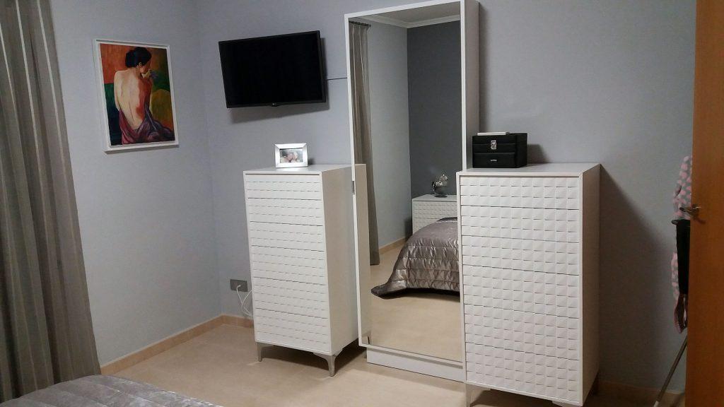 Proyecto 27511 desarrollado por CASANOVA en Sueca (Valencia): dormitorio, iluminación, espejo y ropa de cama.