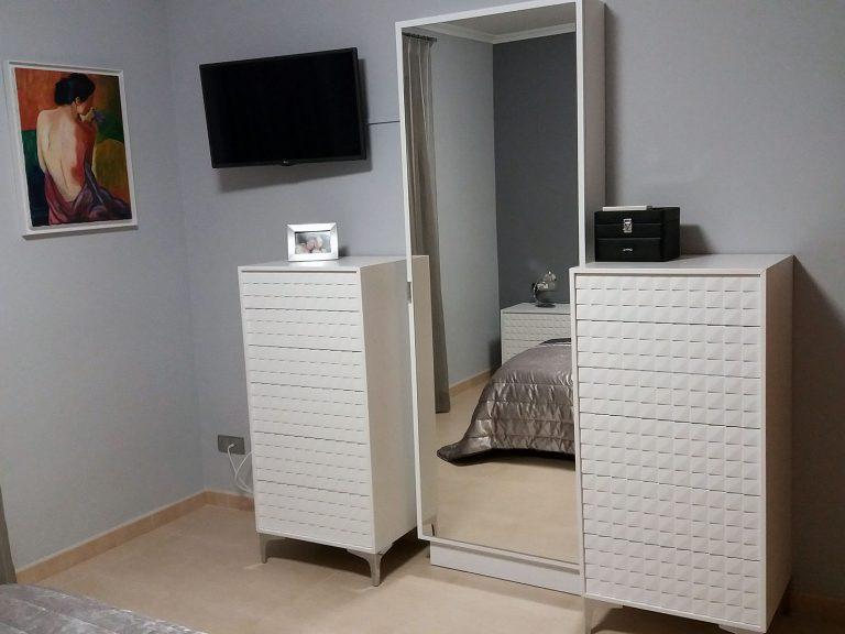 Proyecto de dormitorio y salón 27511, desarrollado por CASANOVA en Sueca (Valencia): dormitorio, iluminación, espejo y ropa de cama.
