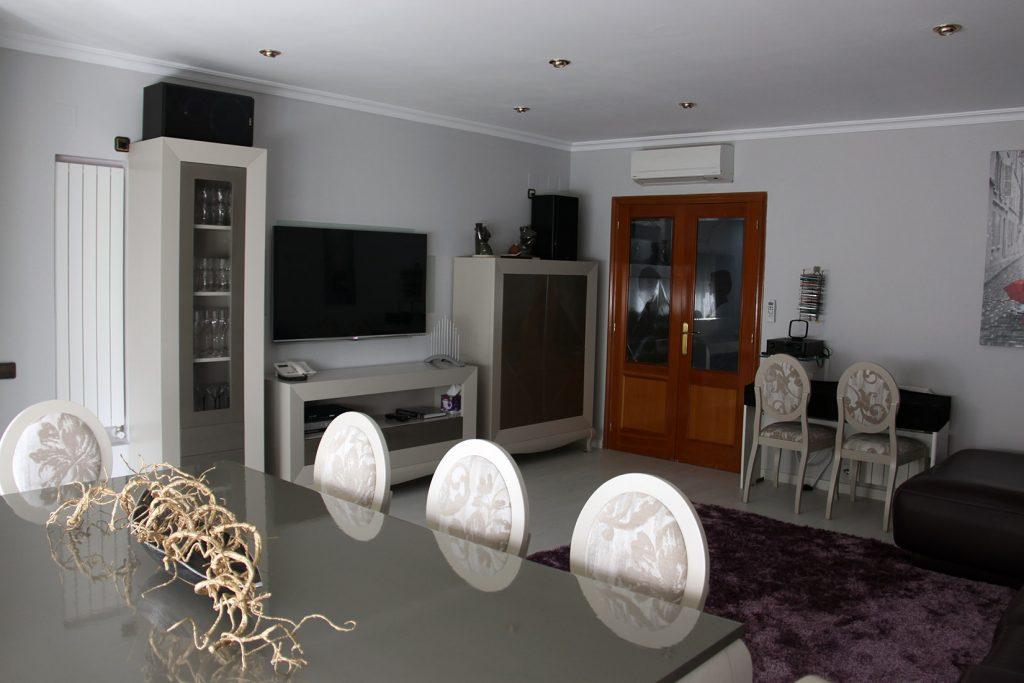 Proyecto 9192 desarrollado por CASANOVA en Sueca (Valencia): salón, comedor, mesa, sillas, decoración, tapicería, iluminación y alfombra.