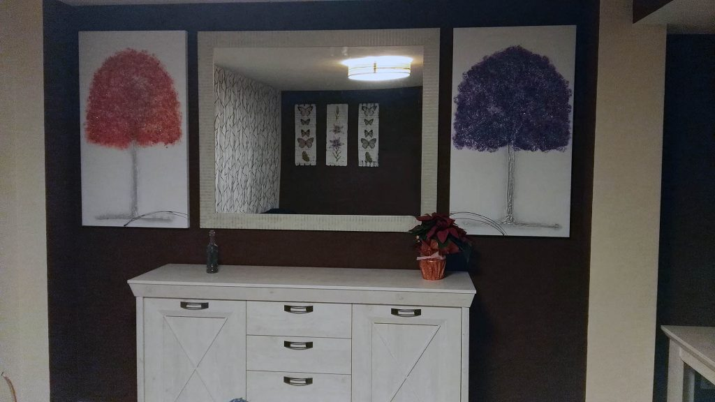 Proyecto 18320 desarrollado por CASANOVA en Cullera (Valencia): salón, comedor, aparador, decoración, iluminación, espejo y cuadros.