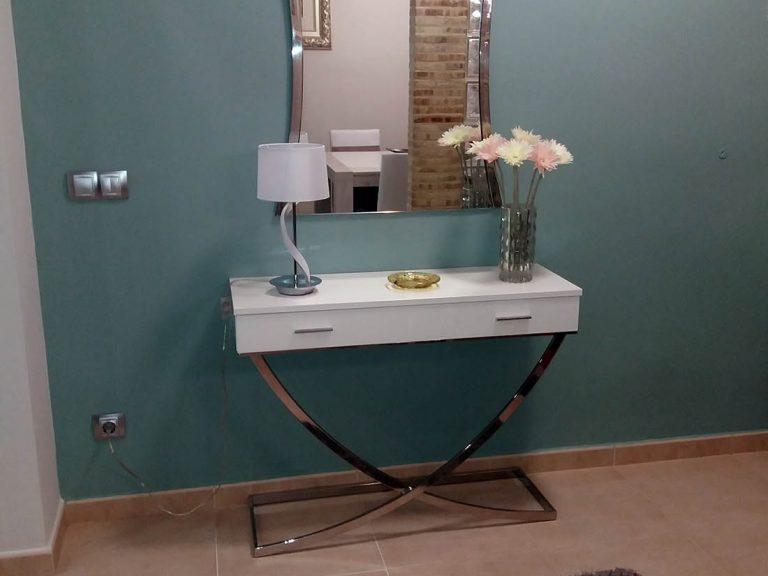 Proyecto 27511 desarrollado por CASANOVA en Sueca (Valencia): recibidor, consola, espejo, iluminación y decoración.
