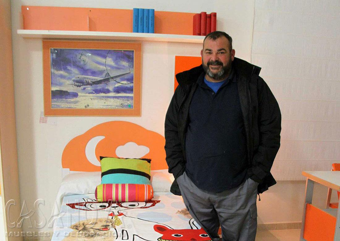 El ganador del sorteo en Facebook (22/01/18), al recibir este dormitorio juvenil (1657 - J1) en la exposición de CASANOVA.