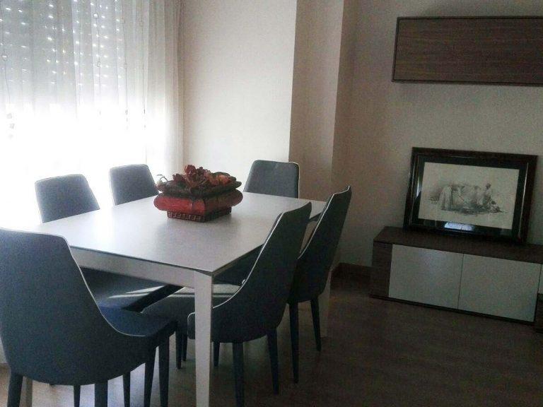 Proyecto 9268 desarrollado por CASANOVA en Sueca (Valencia): mesa de comedor, 6 sillas, composición de salón, iluminación y decoración (2).