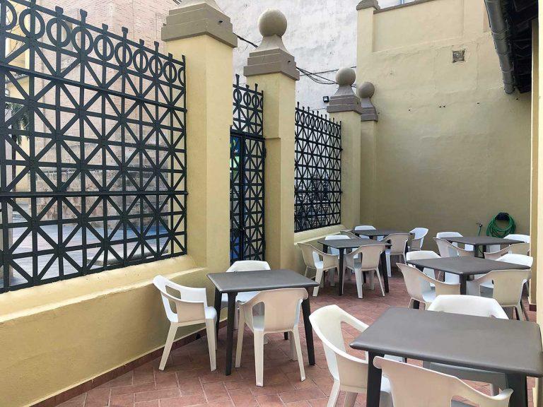 Proyecto de mobiliario de hostelería, desarrollado por CASANOVA en Sueca (Valencia): sillas y mesas apilables para la terraza de la Sociedad Recreativa La Agricultura (2).
