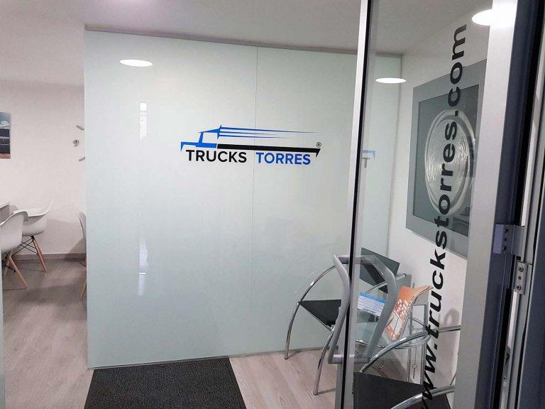 Proyecto de mobiliario de oficina, desarrollado por CASANOVA en Quart De Poblet (Valencia): sillas, mesas, armarios y decoración para las oficinas de la empresa Trucks Torres (1).