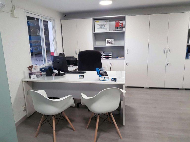 Proyecto de mobiliario de oficina, desarrollado por CASANOVA en Quart De Poblet (Valencia): sillas, mesas, armarios y decoración para las oficinas de la empresa Trucks Torres (5).