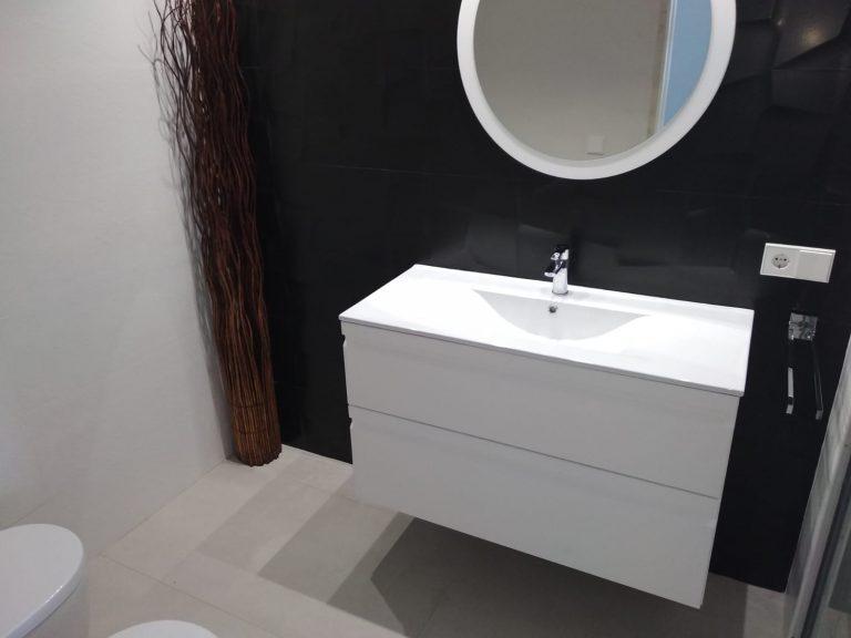 Proyecto 28615 desarrollado por CASANOVA en Ibiza (Islas Baleares): mobiliario de baño y espejo.