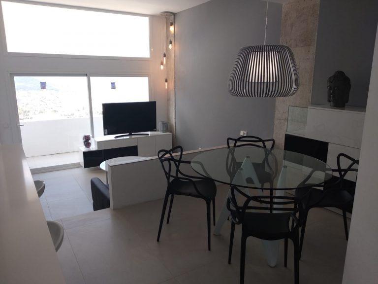 Proyecto 28615 desarrollado por CASANOVA en Ibiza (Islas Baleares): tapicería, mesa de centro, mesa, sillas, iluminación, decoración, comedor, salón y dormitorios.