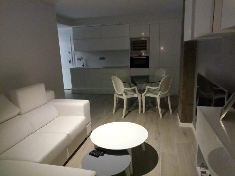 Proyecto 28615 desarrollado por CASANOVA en Valencia: salón, comedor, tapicería, mesas de centro, mesa, sillas, iluminación y decoración.