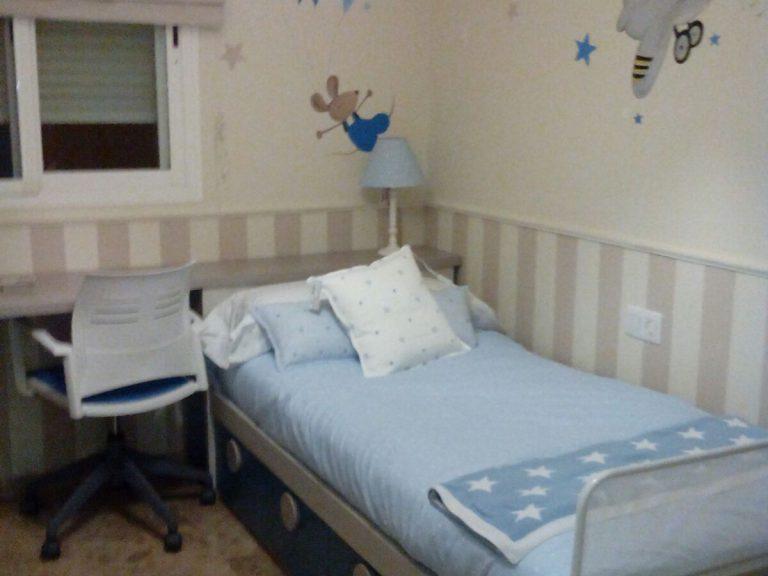 Proyecto 16948 desarrollado por CASANOVA en Sueca (Valencia): zona de estudio, cama, iluminación y decoración textil del dormitorio juvenil (1).