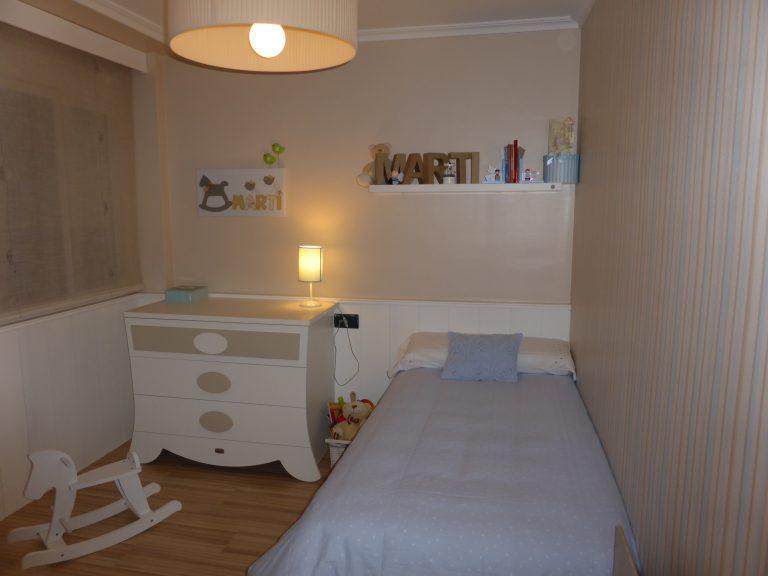 Proyecto 22140 desarrollado por CASANOVA en Sueca (Valencia): cama, chifonier, iluminación y decoración textil del dormitorio juvenil (11).