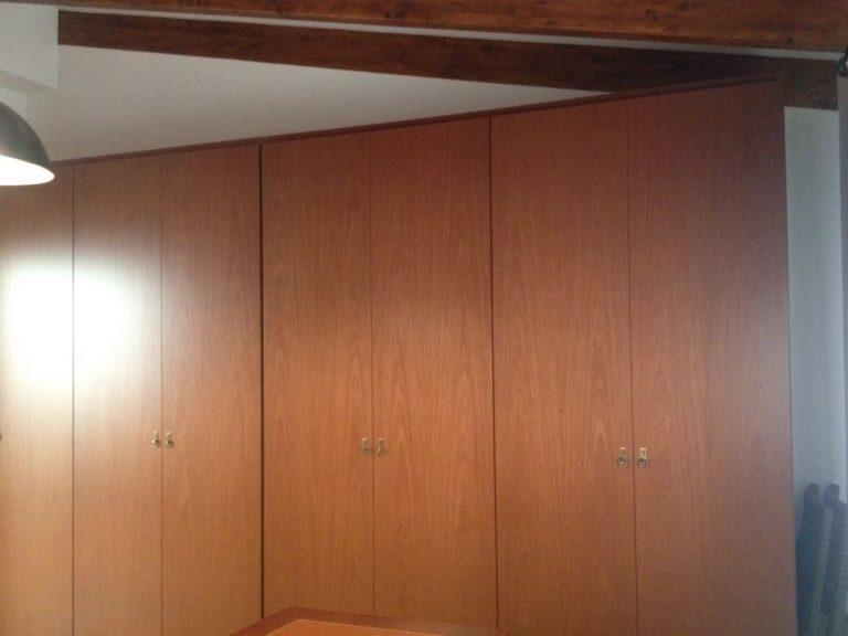 Proyecto 7482 desarrollado por CASANOVA en Sueca (Valencia): armario, iluminación, escritorio y mobiliario de despacho clásico en una buhardilla (3).