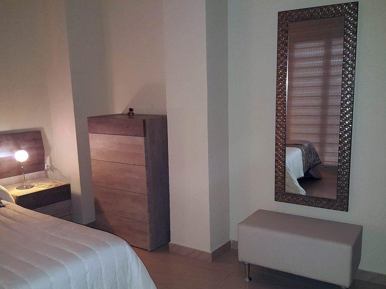 Proyecto 27992 desarrollado por CASANOVA en Rótova (Valencia): dormitorio, iluminación, espejo, banqueta, cortina enrollable y ropa de cama.