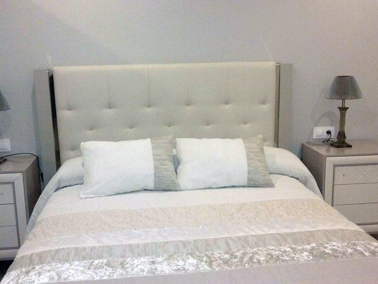 Proyecto de dormitorio y salón/comedor 26763, desarrollado por CASANOVA en Canals (Valencia): mobiliario, iluminación y ropa de cama.