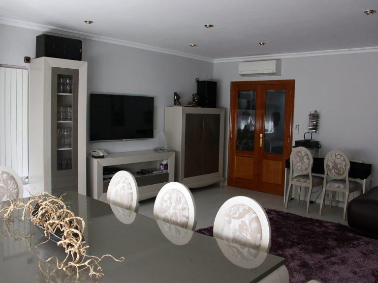 Proyecto 9192, desarrollado por CASANOVA en Sueca (Valencia): salón y comedor, mesa, sillas, decoración, tapicería, iluminación y alfombra.