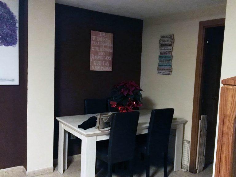 Proyecto 18320 desarrollado por CASANOVA en Cullera (Valencia): salón, comedor, aparador, mesa, sillas, decoración, espejo y cuadros.