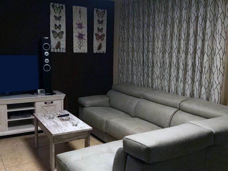 Proyecto 18320 desarrollado por CASANOVA en Cullera (Valencia): salón, sofá con chaiselongue, mesa de TV, mesa de centro, decoración y cuadros.