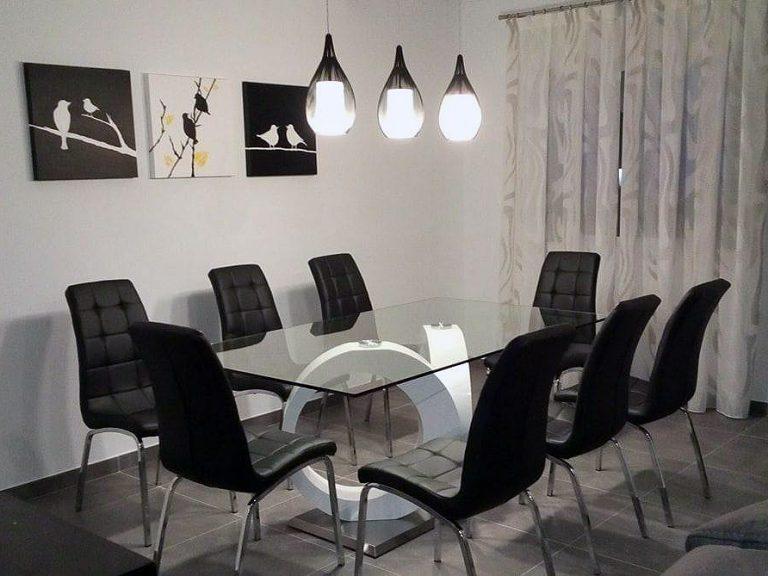 Proyecto 27877 desarrollado por CASANOVA en Xeraco (Valencia): salón, comedor, aparador, mesa, sillas, iluminación, cuadros y decoración.
