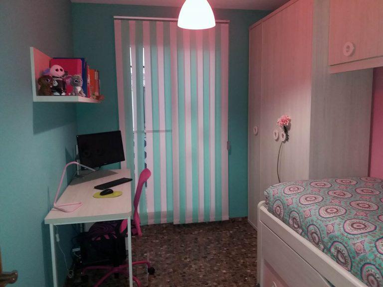 Proyecto de dormitorio juvenil 27635, desarrollado por CASANOVA en Sueca (Valencia): mobiliario, iluminación y cortinas.