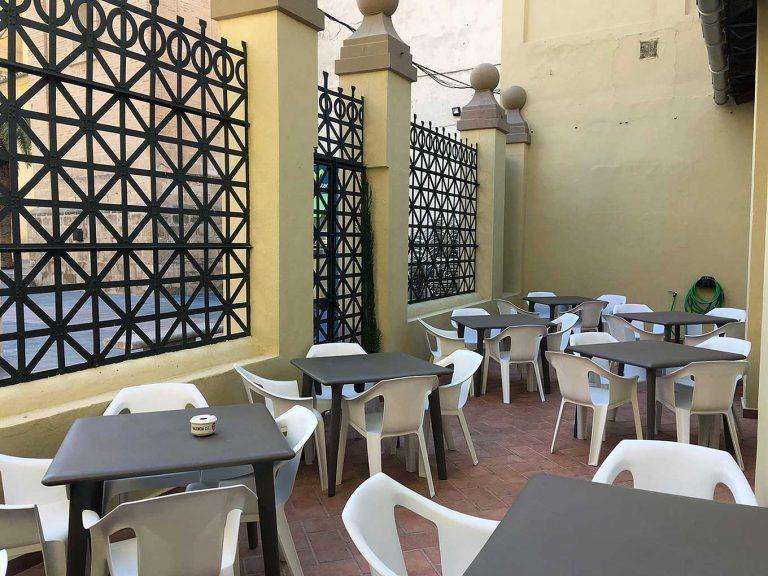 Proyecto de mobiliario de hostelería, desarrollado por CASANOVA en Sueca (Valencia): sillas y mesas apilables para la terraza de la Sociedad Recreativa La Agricultura (1).