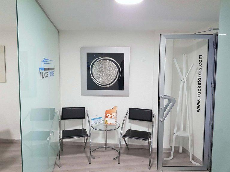 Proyecto de mobiliario de oficina, desarrollado por CASANOVA en Quart De Poblet (Valencia): sillas, mesas y decoración para las oficinas de la empresa Trucks Torres (2).