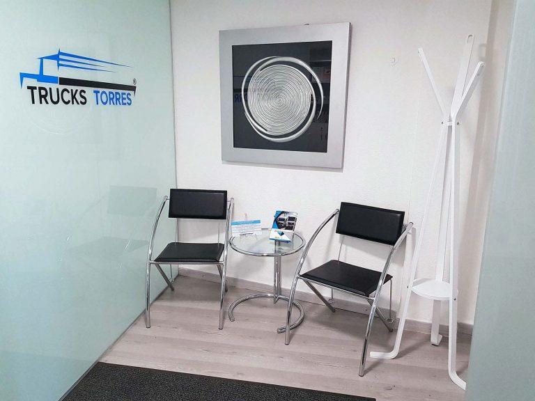 Proyecto de mobiliario de oficina, desarrollado por CASANOVA en Quart De Poblet (Valencia): sillas, mesas y decoración para las oficinas de la empresa Trucks Torres (3).