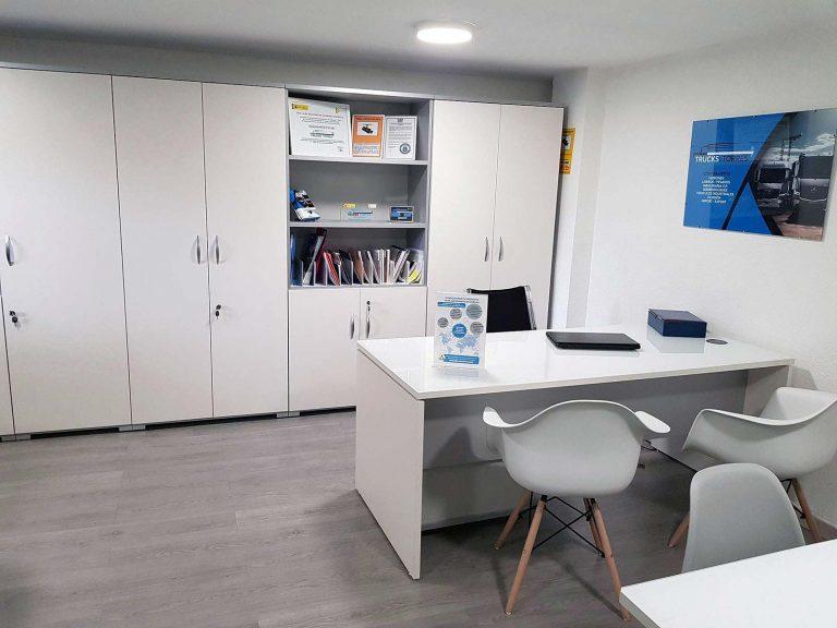 Proyecto de mobiliario de oficina, desarrollado por CASANOVA en Quart De Poblet (Valencia): sillas, mesas, armarios y decoración para las oficinas de la empresa Trucks Torres (6).