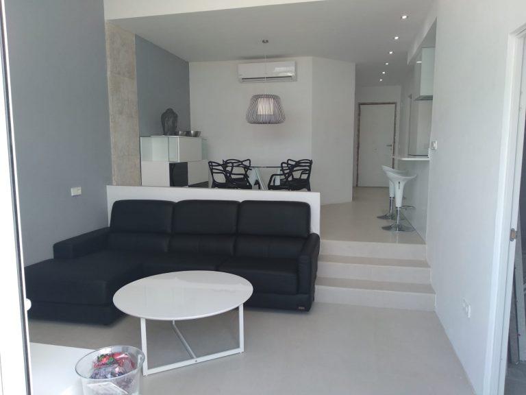 Proyecto 28615 desarrollado por CASANOVA en Ibiza (Islas Baleares): comedor, salón, tapicería, mesa de centro, mesa, sillas, taburetes, iluminación y decoración.