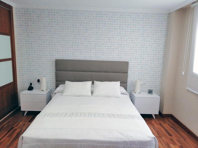 Proyecto 13631 desarrollado por CASANOVA en Sueca (Valencia): dormitorio, cómoda, espejo, iluminación, armario, cortina enrollable y decoración.