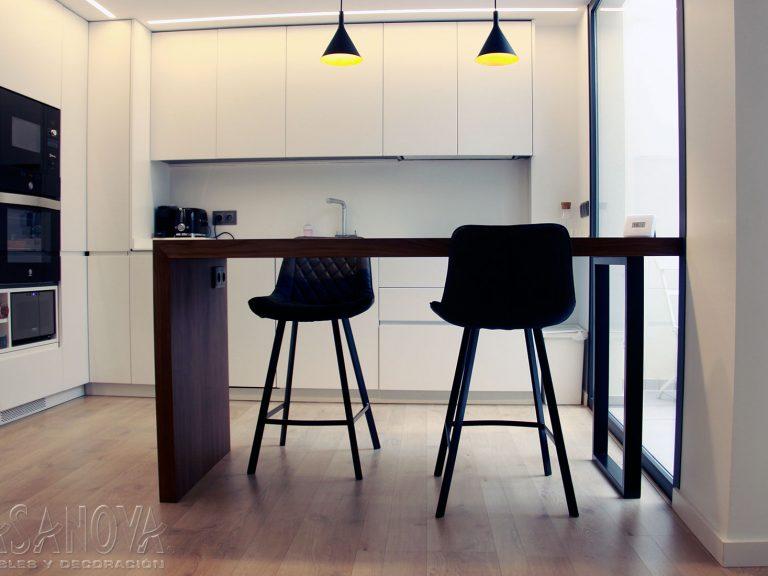 Proyecto 28436 desarrollado por CASANOVA en Sueca (Valencia): cocina, mobiliario, taburetes, iluminación y decoración. Decoración completa del hogar.