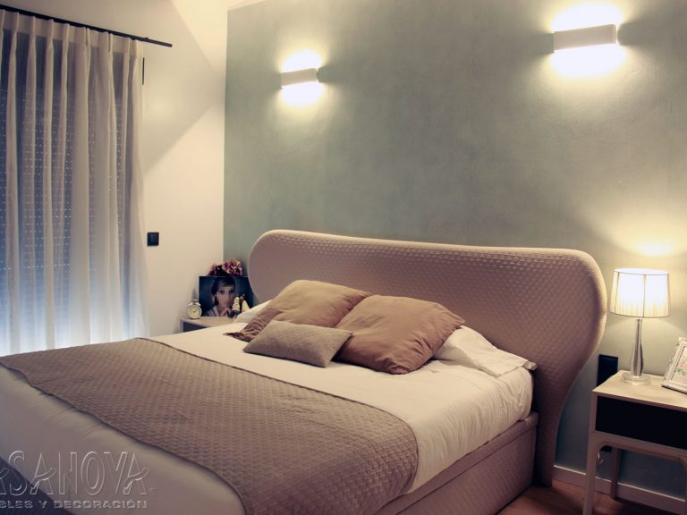 Proyecto 28436 desarrollado por CASANOVA en Sueca (Valencia): dormitorio, iluminación, cortina, alfombras y decoración. Decoración completa del hogar.