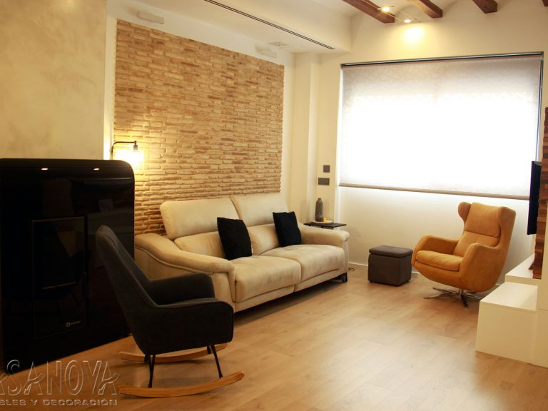 Proyecto 28436 desarrollado por CASANOVA en Sueca (Valencia): salón, comedor, sofá, puff, butaca, sillón, mecedora, iluminación, cortina enrollable y decoración. Decoración completa del hogar.