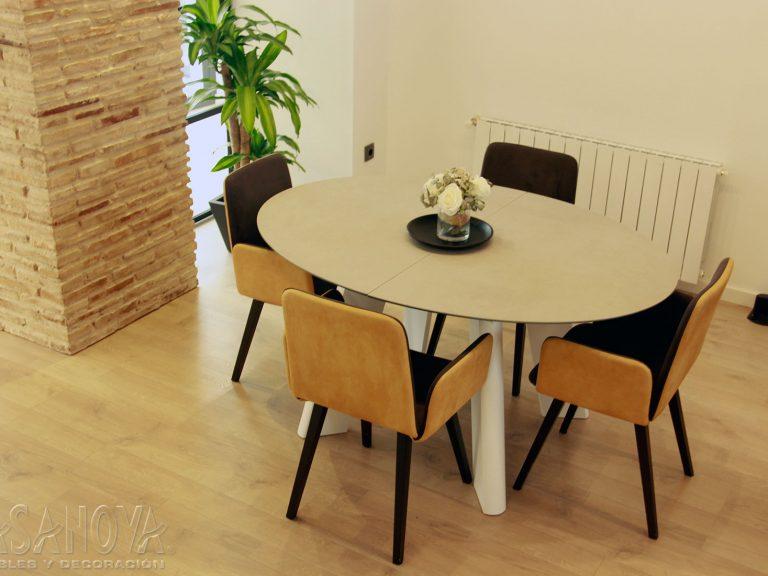 Proyecto 28436 desarrollado por CASANOVA en Sueca (Valencia): salón, comedor, mesa, sillas, iluminación y decoración. Decoración completa del hogar.