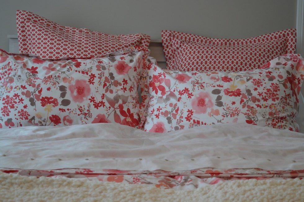 Ropa de cama floreada.