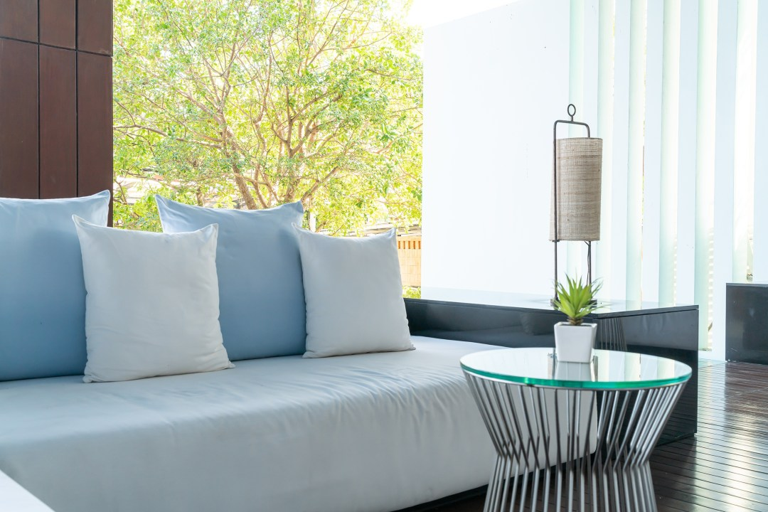 Las plantas, los cojines, las lámparas y las cortinas te ayudarán a combinar la decoración con el exterior.